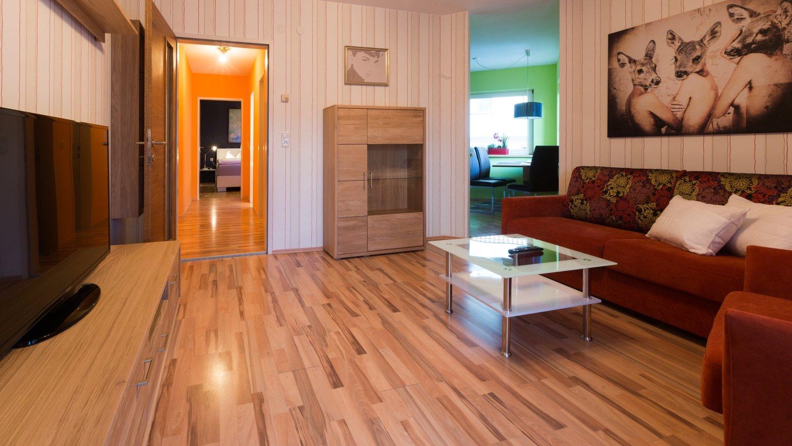 """Wohnzimmer mit 50"""" Flat-TV"""