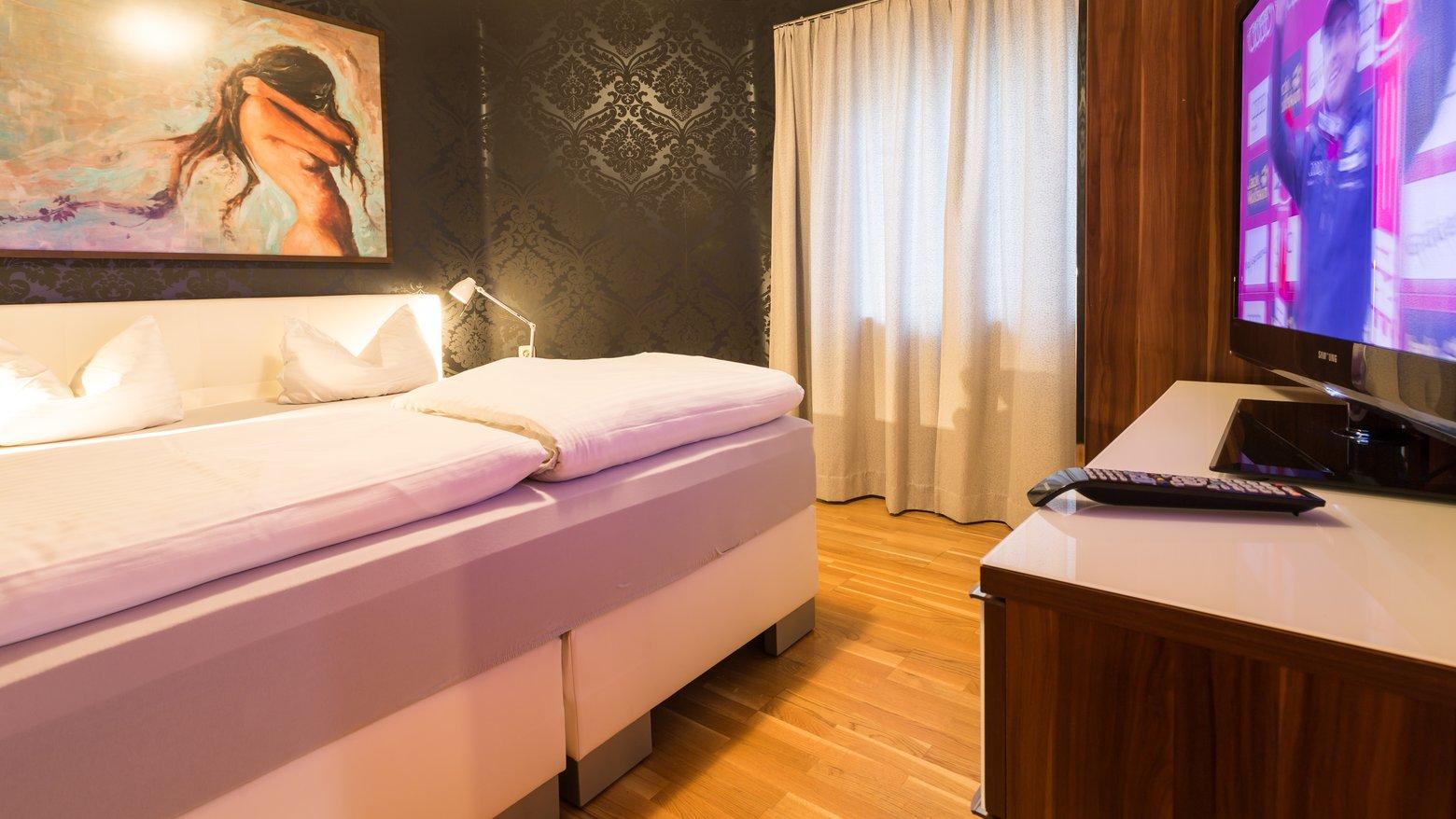"""Schlafzimmer mit 47""""-TV"""